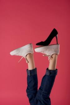 Omgekeerde voet zwarte schoen mode moderne stijl roze achtergrond