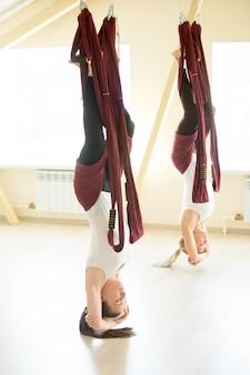 Omgekeerde yoga zit in hangmat