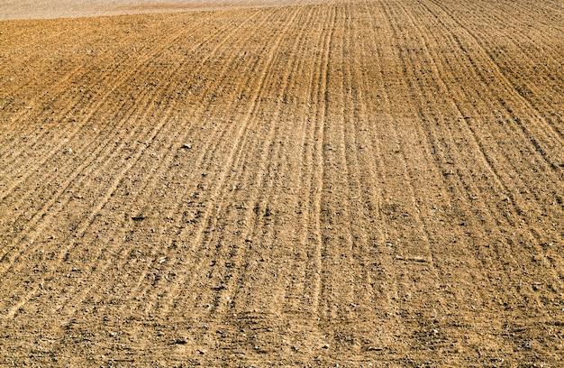 Omgeploegde vruchtbare grond is een landbouwveld dat wordt bewerkt om een goede oogst van landbouwgoederen te produceren, van dichtbij
