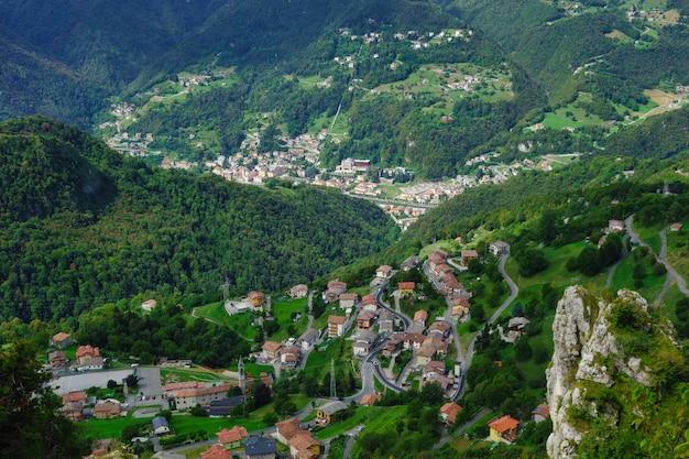 Omgeving van san pellegrino terme. dorp santa croce