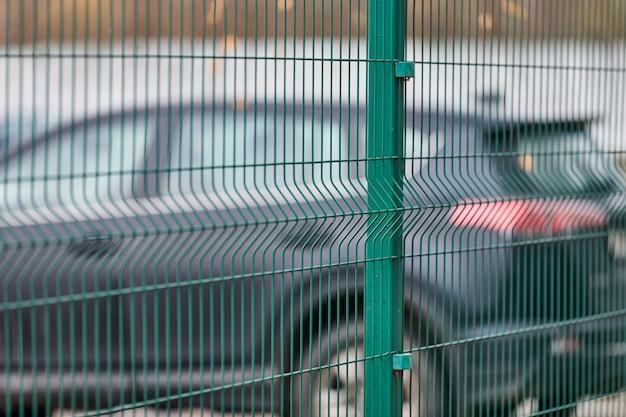Omheinde parkeerplaats met beveiliging