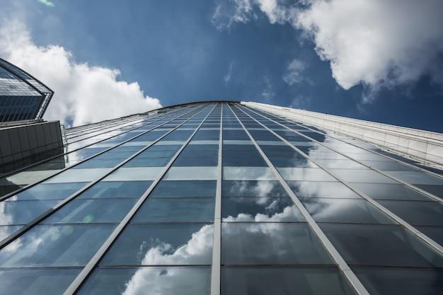 Omhoog kijken naar moderne bedrijfsgebouwen in de economische zone