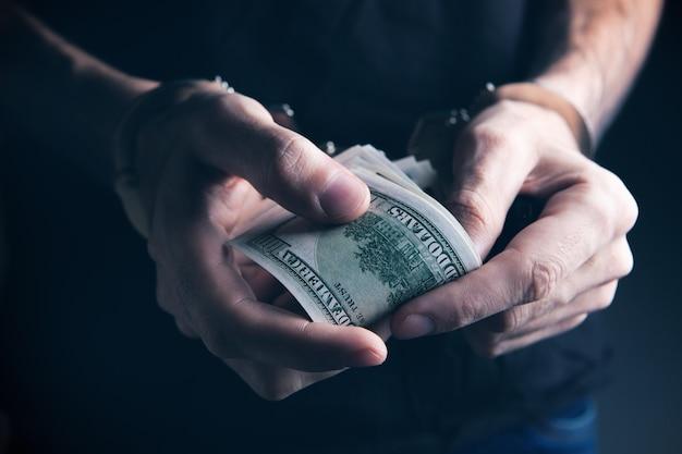 Omkoping van geld en handboeien van de autoriteiten