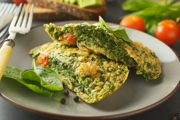 Omlette met spinaziebladeren gezonde omelet voor afvallen