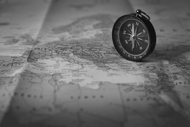 Omzeilen op de toeristische kaart. focus op de kompasnaald