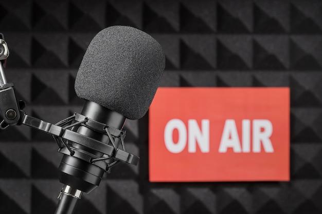 On air microfoon omgeven door akoestisch isolatieschuim