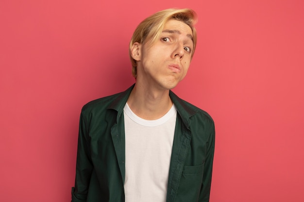 Onaangename jonge blonde kerel die groen t-shirt draagt