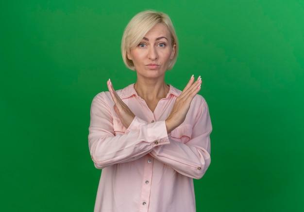 Onaangename jonge blonde vrouw doet geen gebaar aan de voorkant