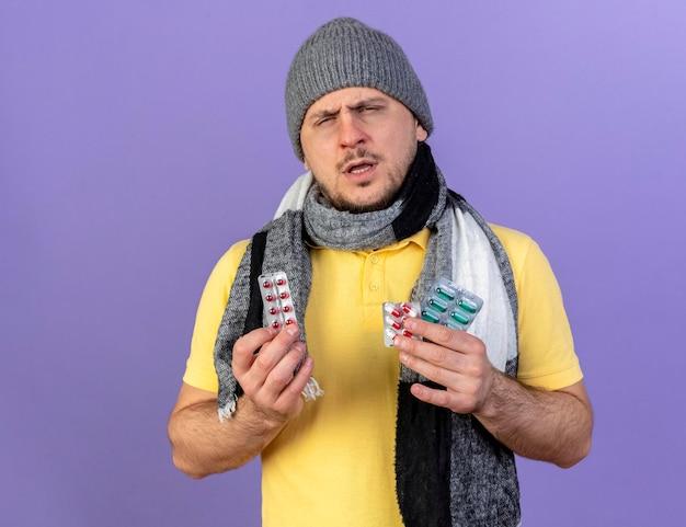 Onaangename jonge blonde zieke slavische man met muts en sjaal
