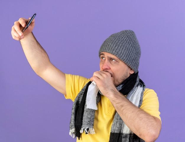 Onaangename jonge blonde zieke slavische man met winter hoed