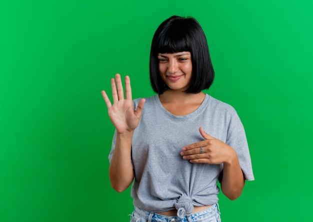 Onaangename jonge brunette blanke meisje gebaren hand stopbord