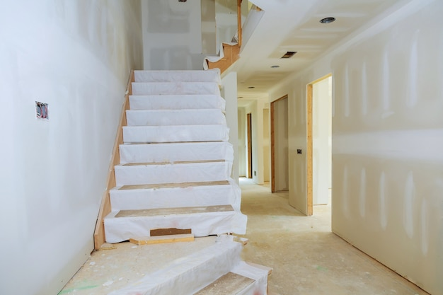 Onafgewerkte kamer van binnenhuis in aanbouw