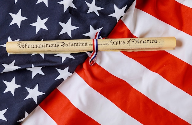 Onafhankelijkheidsverklaring perkamentrol met amerikaanse vlag