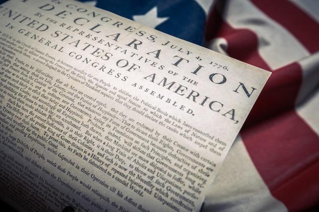 Onafhankelijkheidsverklaring verenigde staten op een vlag van betsy ross