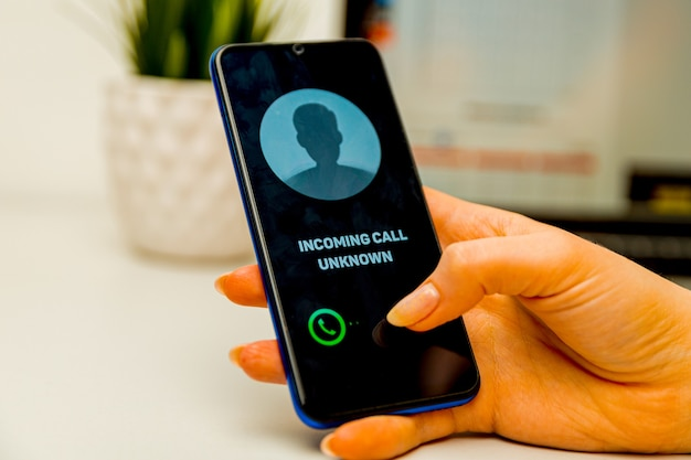Onbekende beller. een man houdt een telefoon in zijn hand en denkt het gesprek te beëindigen. inkomend van een onbekend nummer. incognito of anoniem