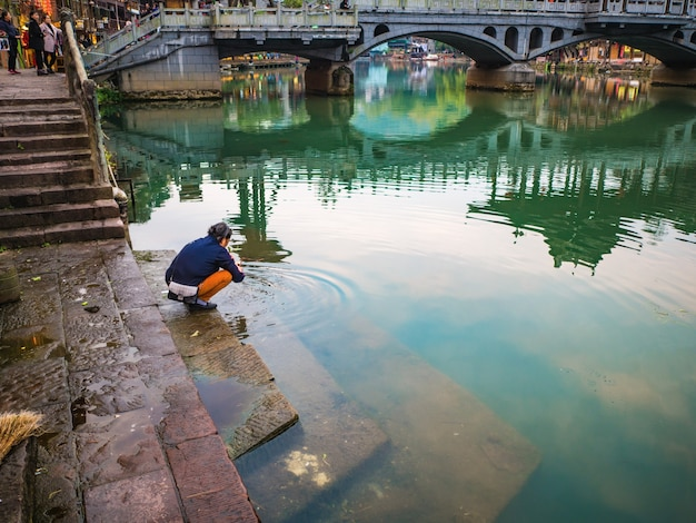 Onbekende mensen met landschap uitzicht op de oude stad fenghuang. de oude stad phoenix of fenghuang county is een graafschap van de provincie hunan, china