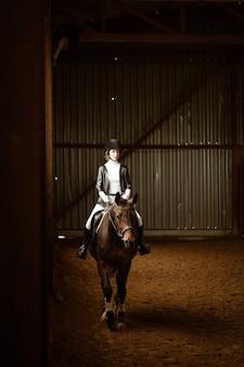 Onbekende ruiter op een dressuurpaard een abstract schot van een paard tijdens de competitie schattig meisje jocke...