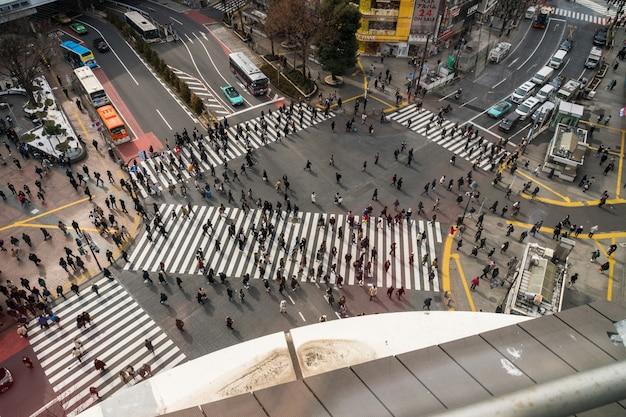 Onbepaalde mensen en auto menigte met areial weergave pedestrains kruispunt dwarsloop shibuya