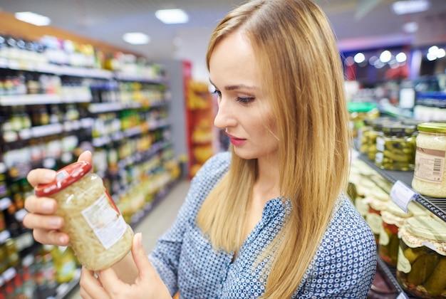 Onbesliste vrouw die het product probeert te vinden