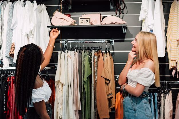 Onbesliste vrouwen bij het winkelen