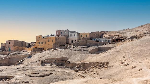 Onbewoond dorp kurna (ook gourna, gurna, qurna, qurnah of qurneh) gelegen op de westelijke oever van de rivier de nijl tegenover de moderne stad luxor in egypte in de buurt van de thebaanse heuvels