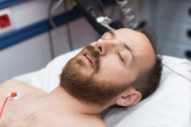 Onbewuste patiënt in de ambulance