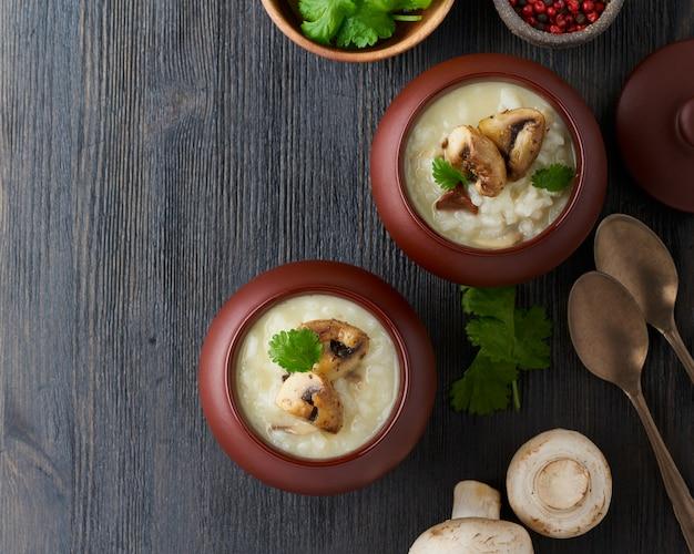 Onconventionele ongebruikelijke portie risotto met champignons in pot.