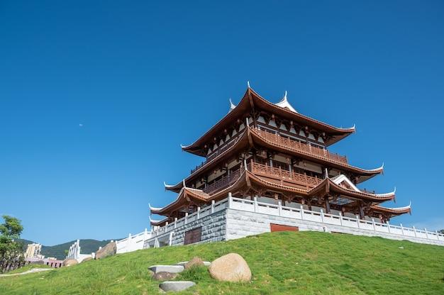 Onder de blauwe lucht, een loft van een traditioneel chinees oud gebouw