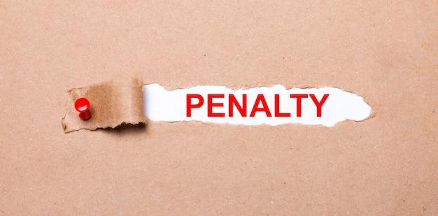 Onder de gescheurde strook kraftpapier bevestigd met een rode knop zit een wit papier penalty