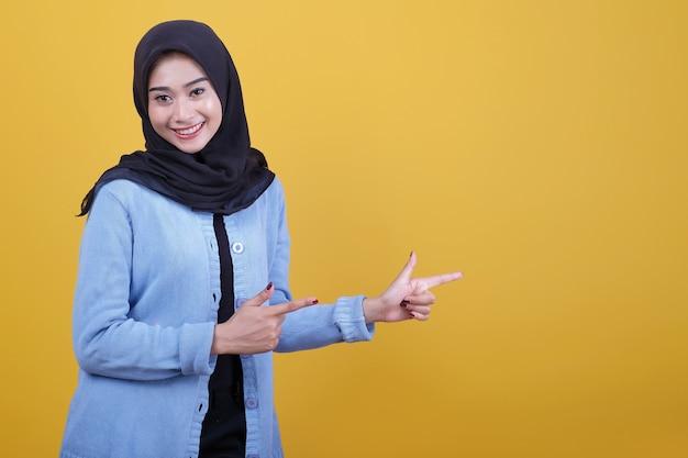 Onder de indruk jonge vrouw wijst weg, wijst richting ergens gebaar