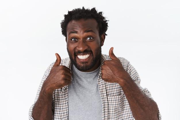 Onder de indruk, opgewonden blije, grappige afro-amerikaanse bebaarde man is het helemaal eens met geweldige keuze of plan