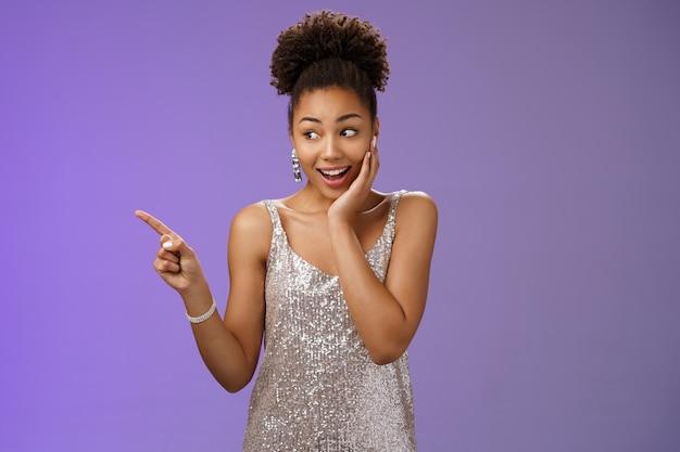Onder de indruk sprakeloos gelukkig afro-amerikaans jong meisje feest nachtclub dragen glinsterende avondjurk...