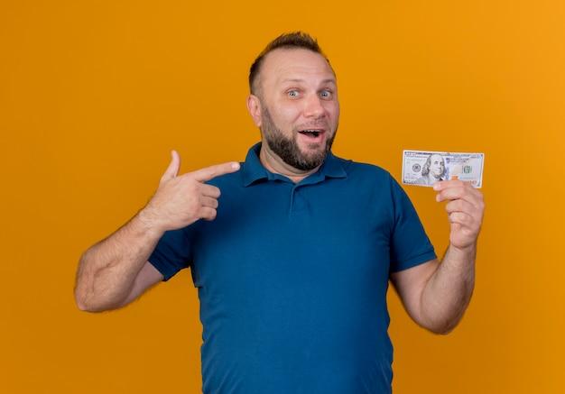 Onder de indruk volwassen slavische man die naar de dollar wijst