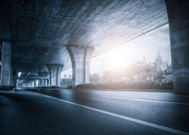 Onder een brug bij zonsondergang