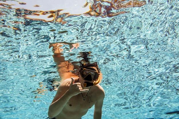 Onder het zwembad