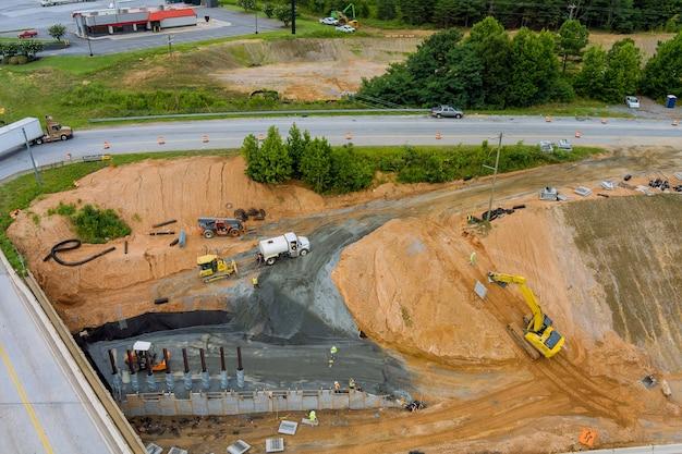 Onder renovatie weg reparatie brug reconstructie op snelweg in de vs