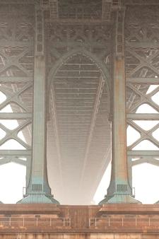 Onderaan mening van de brug van manhattan in de stad van manhattan, new york, de vs