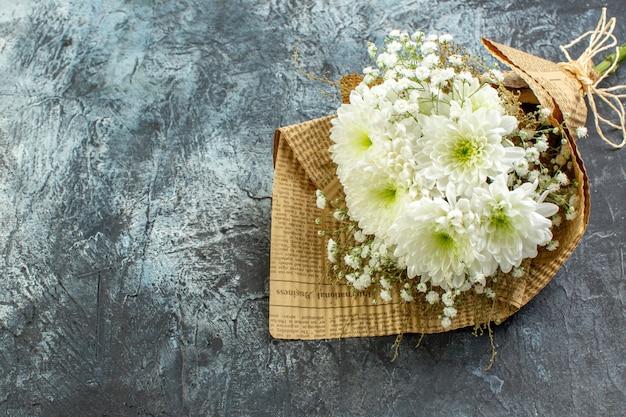Onderaanzicht bloemboeket op donkere achtergrond vrije ruimte