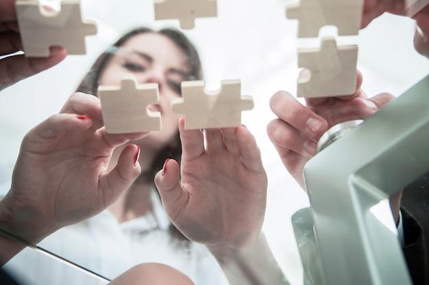 Onderaanzicht. business team opvouwbare puzzelstukjes. .concept bedrijfsoplossingen