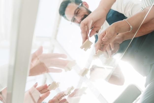Onderaanzicht. business team opvouwbare puzzelstukjes. concept van een startup