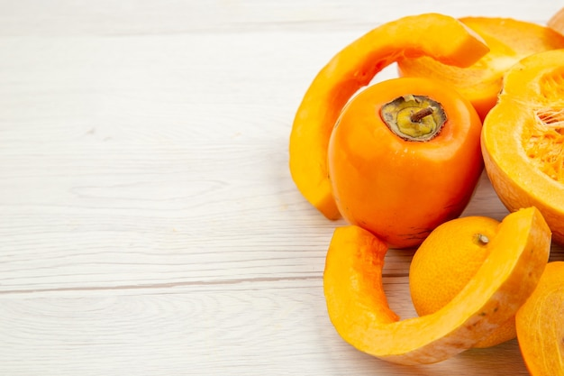 Onderaanzicht butternut squash mandarijn kaki op witte tafel met vrije ruimte