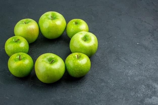 Onderaanzicht cirkel rij groene appels op donkere ondergrond met vrije ruimte