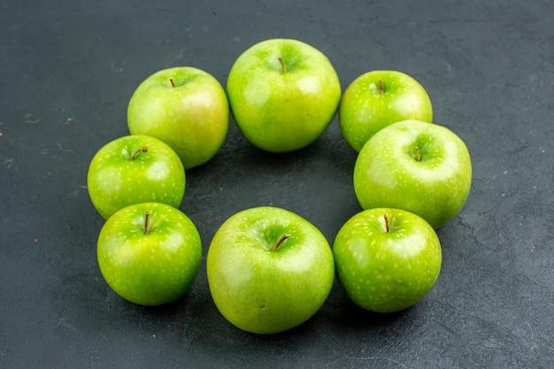Onderaanzicht cirkel rij groene appels op donkere ondergrond