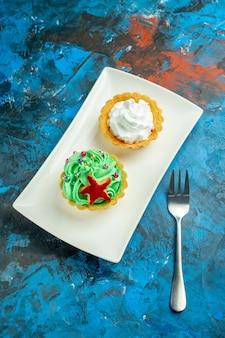 Onderaanzicht crèmetaartjes op blauw rood oppervlak