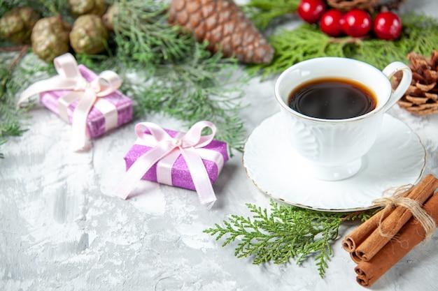 Onderaanzicht dennenboom takken kleine geschenken kerstboom speelgoed op grijs