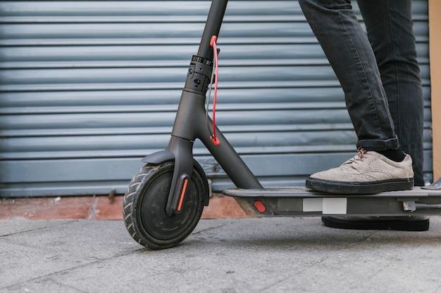 Onderaanzicht e-scooterrijder neemt even pauze