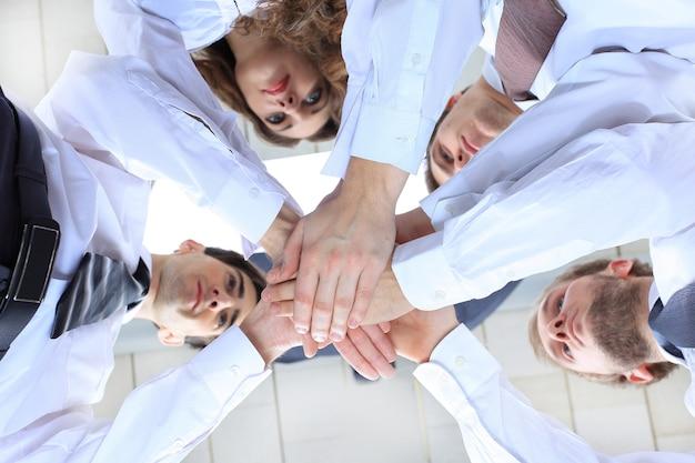 Onderaanzicht. een succesvol en professioneel zakelijk team. close-up. het concept van teamwerk.