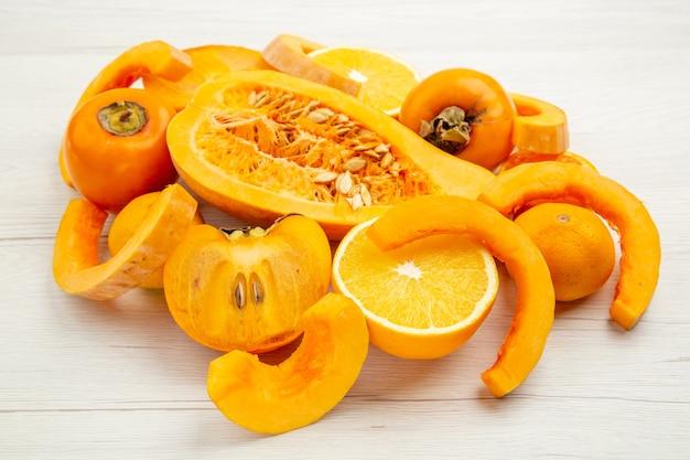 Onderaanzicht gesneden butternutpompoen halve mandarijnen en oranje kaki
