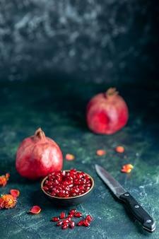 Onderaanzicht granaatappelpitten kom granaatappels mes op donker