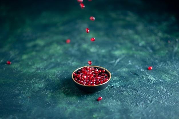 Onderaanzicht granaatappelzaden kom op tafel vrije ruimte